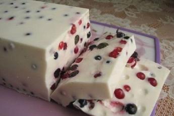 Оригинальный, красивый и очень вкусный сметанный десерт с ягодами.